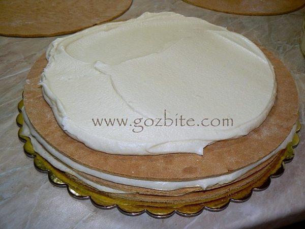 слагане на крем върху медена торта