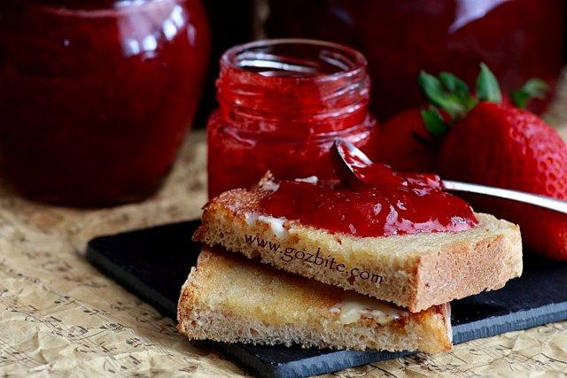 сладко от ягоди върху филийка
